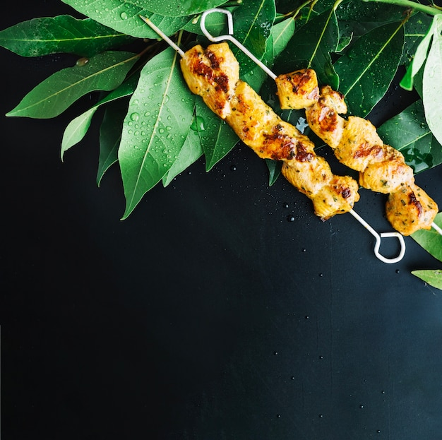 Shish kebab em folhas de louro