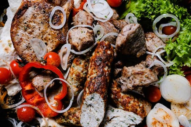 Shish kebab shashlik. fundo de variedade de carnes e vegetais. comida tradicional armênia.