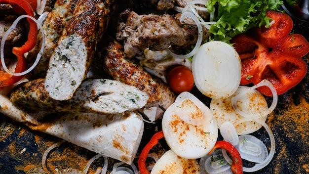 Shish kebab shashlik. fundo de variedade de carnes e vegetais. cozinha nacional do cáucaso.