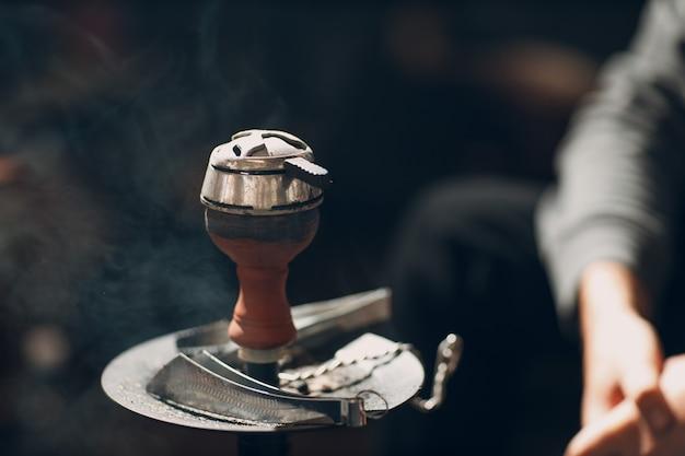 Shisha narguilé carvão quente e tabaco para fumar e lazer.