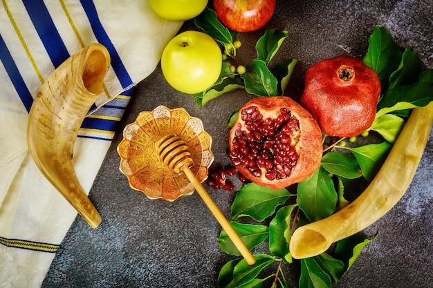 Shofar e comida com talit para feriado judaico rosh hashanah. vista do topo.