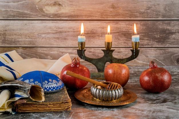 Shofar e talit com pote de mel de vidro e maçãs frescas maduras. rosh hashaná