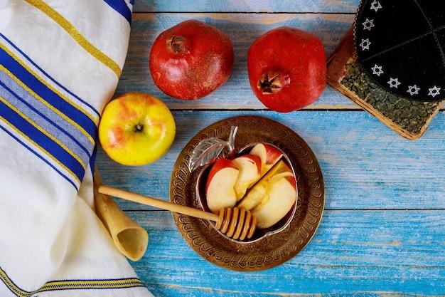 Shofar e talit com pote de mel de vidro e maçãs frescas maduras