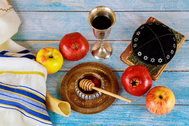 Shofar e talit com pote de mel e frutas