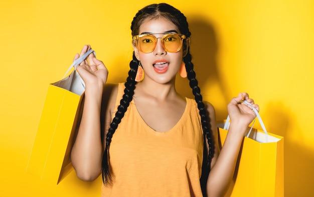 Shopaholic shopping moda bonita jovem segurando muitos sacos de compras