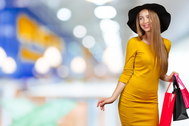 Shopping mulher segurando sacolas de compras
