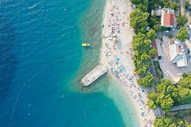 Shore com a construção de dia em makarska, croácia