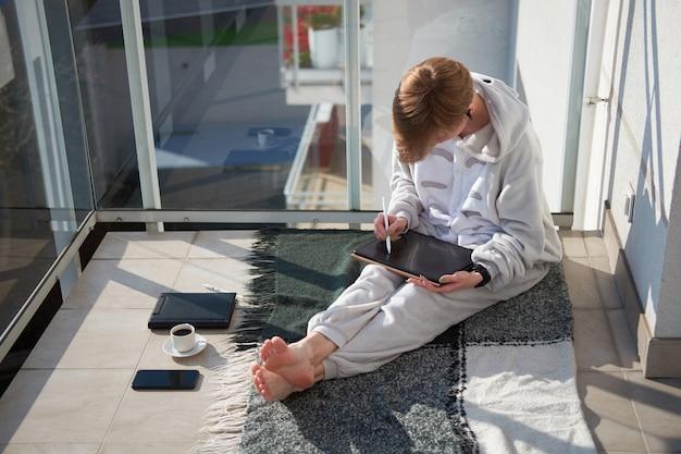 Shorthair, caucasiano, menina, sentando sacada, pijama, e, desenho, ligado, tablete