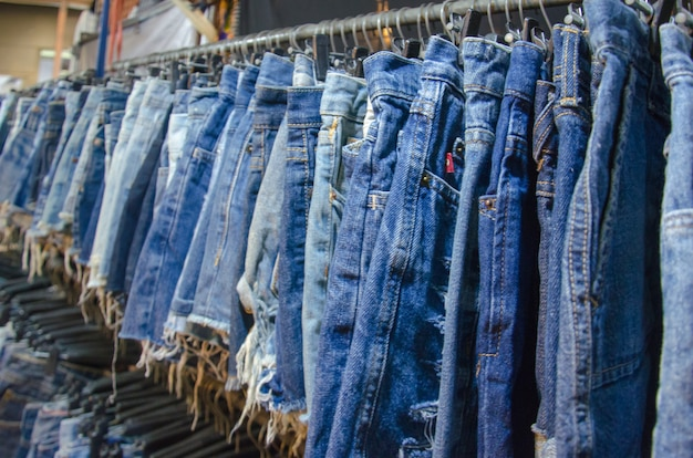 Shorts jeans pendurado
