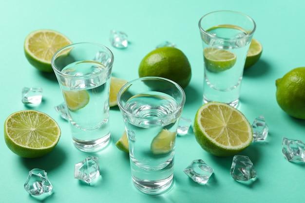 Shots de vodka ou tequila, limão e gelo na hortelã, vista de cima
