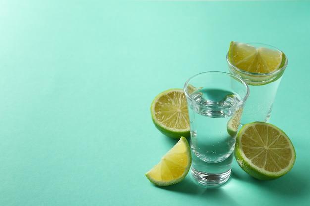 Shots e rodelas de limão na hortelã, espaço para texto