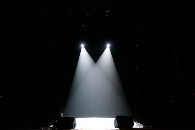 Show de luzes de concerto, luzes coloridas em um palco de concerto