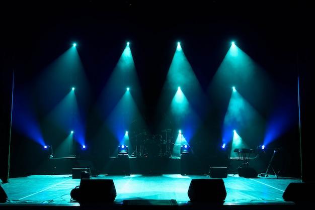 Show de luzes de concerto, luzes coloridas em um palco de concertos