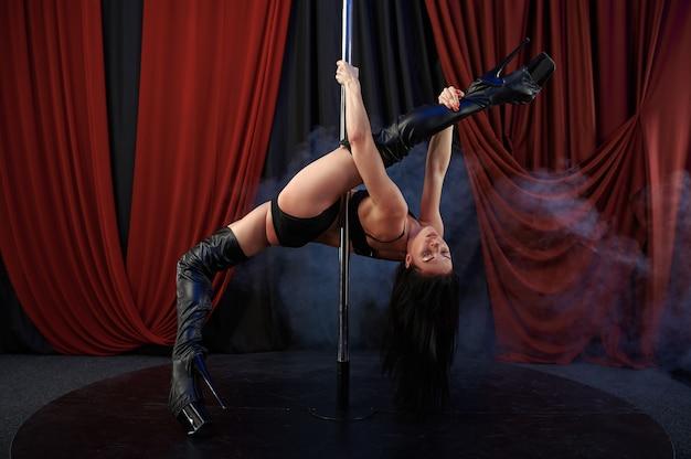 Showgirl sexy com alongamento perfeito, pole dance, striptease. atraente stripper feminina, lap-dancing, poledance performando, gostosa dançando no strip club
