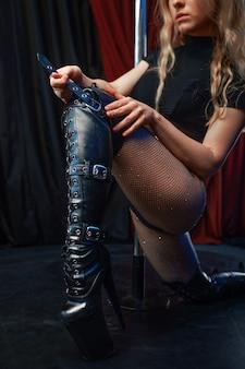 Showgirl sexy no palco no pólo, strip-tease. atraente stripper feminina, lap-dancing, poledance performando, gostosa dançando no strip club