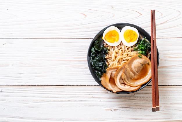 Shoyu macarrão com carne de porco e ovo