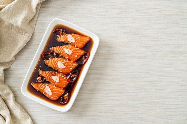 Shoyu marinado com salmão ou molho de soja em conserva com salmão no estilo coreano
