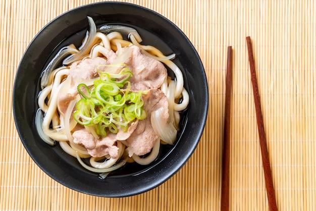 Shoyu udon ramen noodle com porco