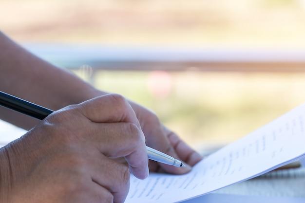 Sian mais velha empresária ou estudante universitário lendo documentos