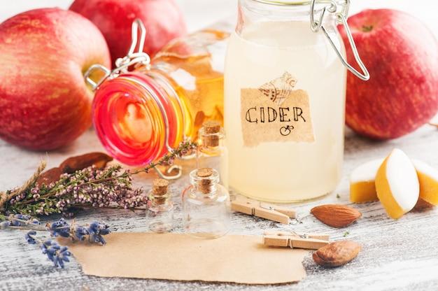 Sidra de maçã caseira e maçãs frescas