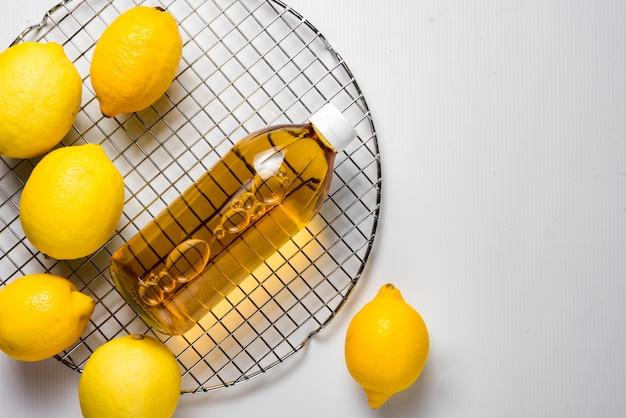 Sidra de maçã com limão fresco é fotografada em uma rede circular de rack de refrigeração de bolo de metal