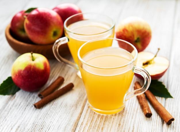 Sidra de maçã com paus de canela