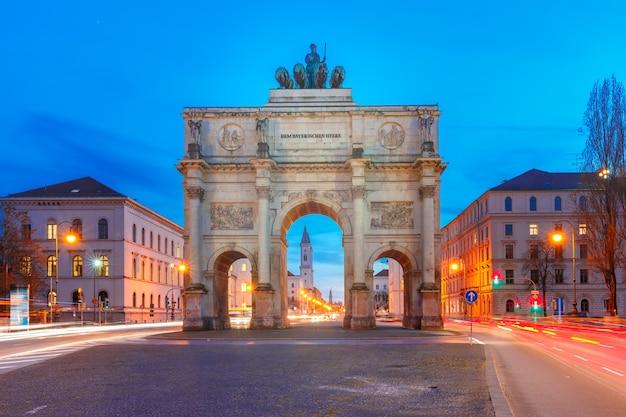 Siegestor, victory gate at night, munique, alemanha