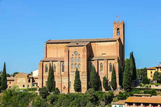 Siena, itália bela vista da igreja católica (basílica cateriniana san domenico) em siena.