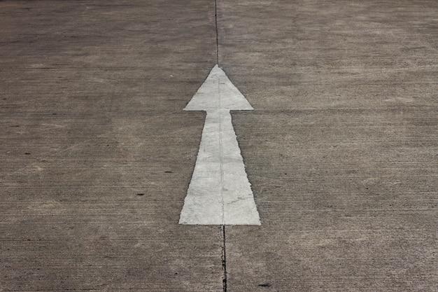 Siga o sinal de direção reta na estrada de concreto