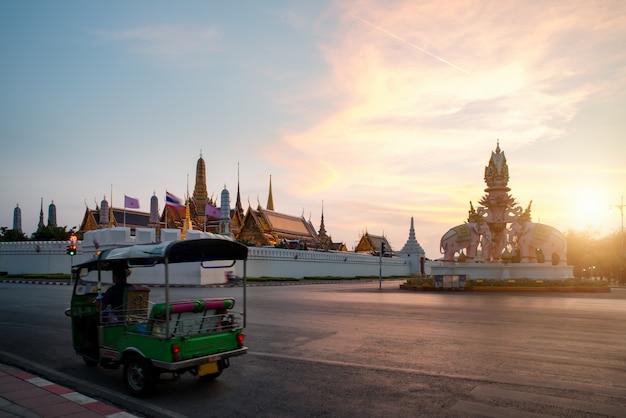 Sightseeing em torno do grande palácio em bangkok com céu pôr do sol