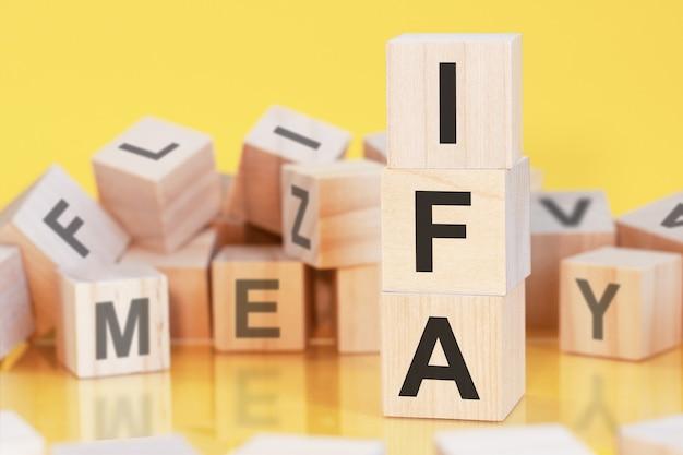 Sigla ifa de blocos de madeira com letras, conceito