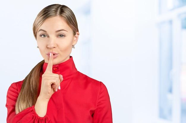 Silêncio. mulher pedindo silêncio ou sigilo com o dedo nos lábios shh gesto com a mão