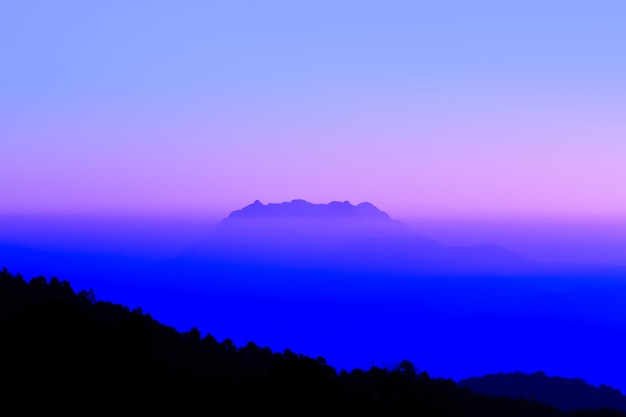 Silhueta alta e top montanha na tailândia