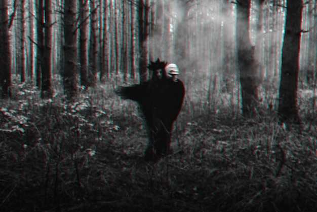 Silhueta borrada de uma bruxa negra malvada com uma caveira nas mãos, realizando um ritual satânico oculto. preto e branco com efeito de realidade virtual de falha 3d