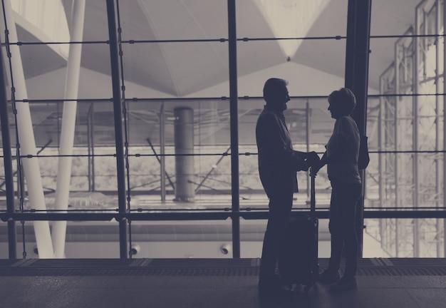 Silhueta casal sênior viajando cena do aeroporto