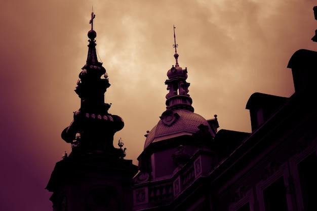 Silhueta da catedral de são miguel arcanjo ao pôr do sol. belgrado, sérvia.