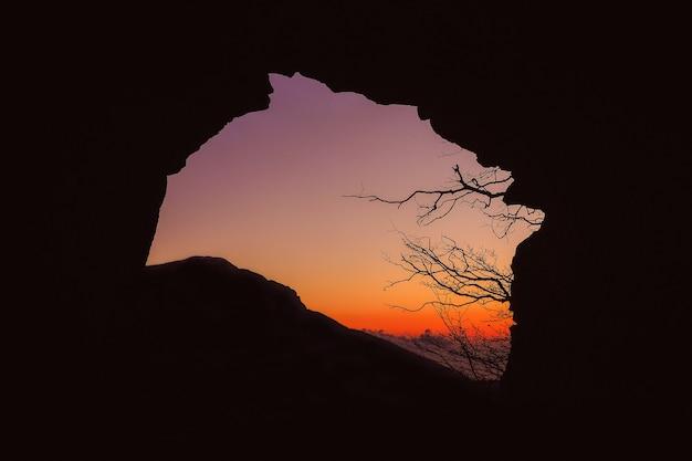Silhueta da caverna durante o pôr do sol