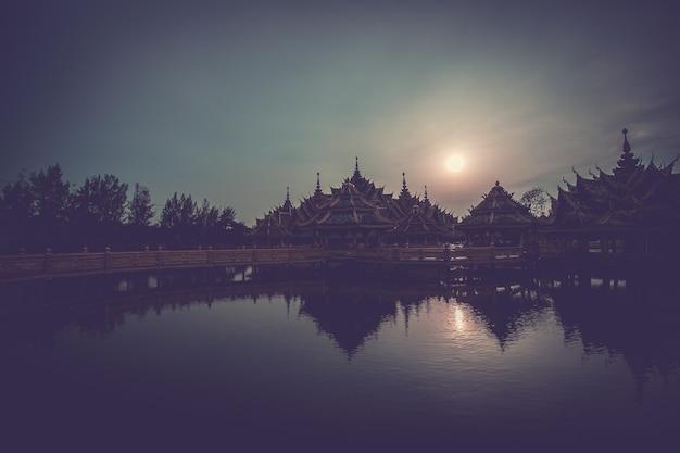 Silhueta da cidade antiga na tailândia