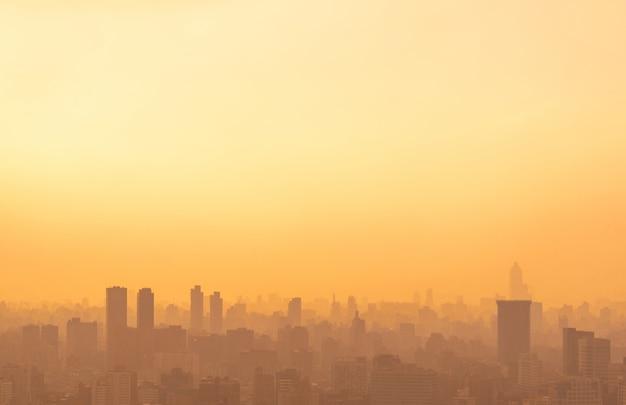 Silhueta da cidade contra o céu em um pôr do sol