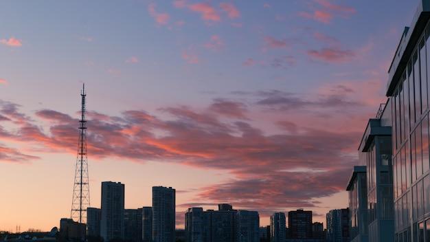 Silhueta da cidade do crepúsculo com belas nuvens ao pôr do sol
