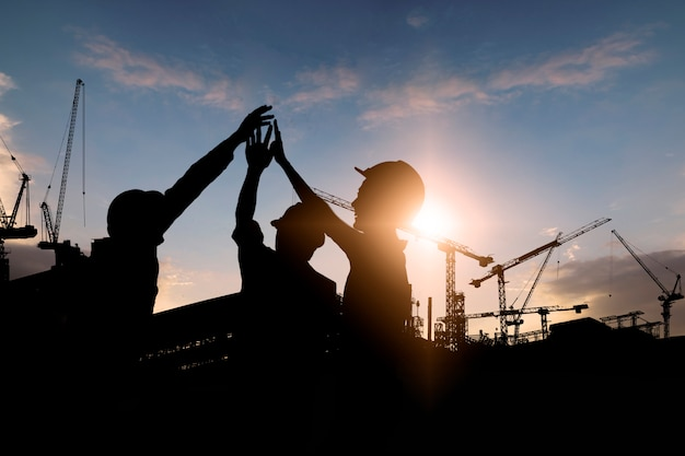 Silhueta da equipe de trabalhadores da construção