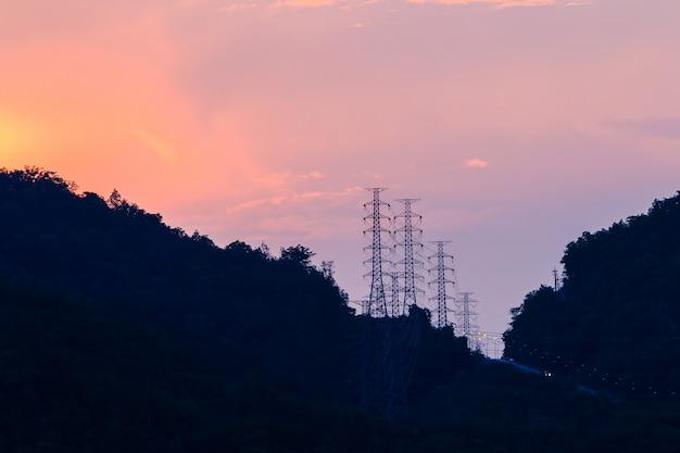 Silhueta da estrutura do poste elétrico de alta tensão