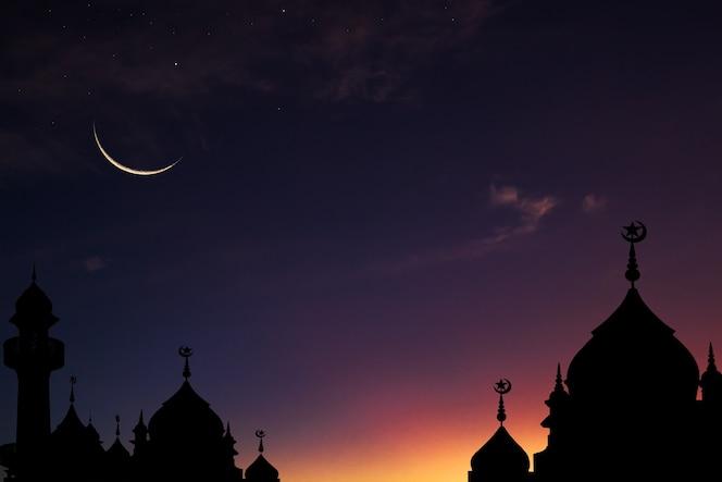 Silhueta da mesquita em cúpula e céu de lua crescente no crepúsculo azul escuro