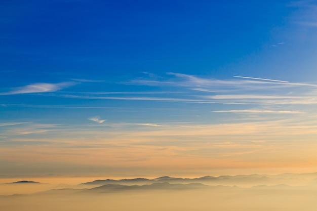 Silhueta da montanha sobre nuvens, fundo do céu, papel de parede