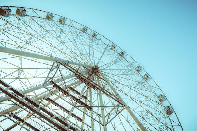 Silhueta da roda gigante no fundo do céu azul