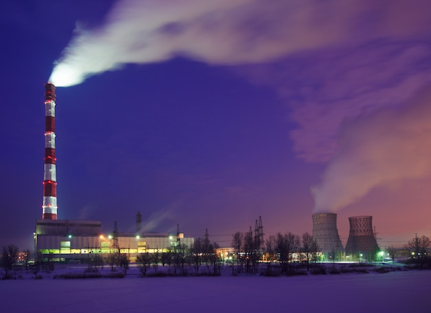 Silhueta da usina elétrica de turbina a gás