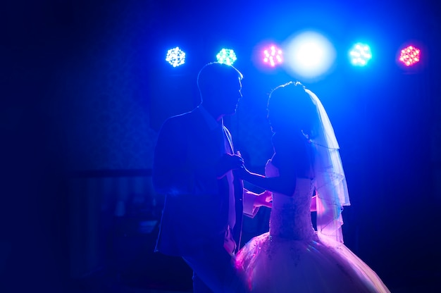 Silhueta dançando a noiva e o noivo