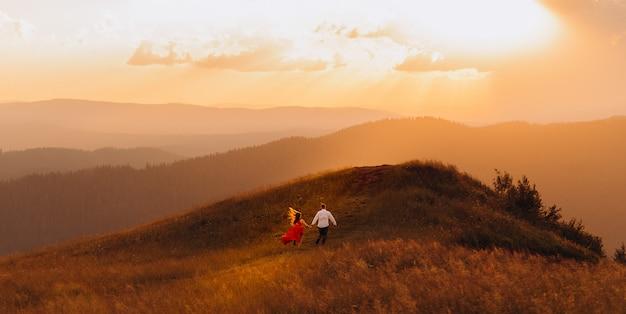 Silhueta de casal apaixonado abraça e desfruta de um momento íntimo juntos céu fundo sol brilhar feixes de luz.