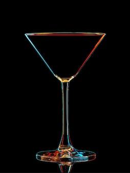 Silhueta de copo de martini colorido com traçado de recorte em fundo preto.