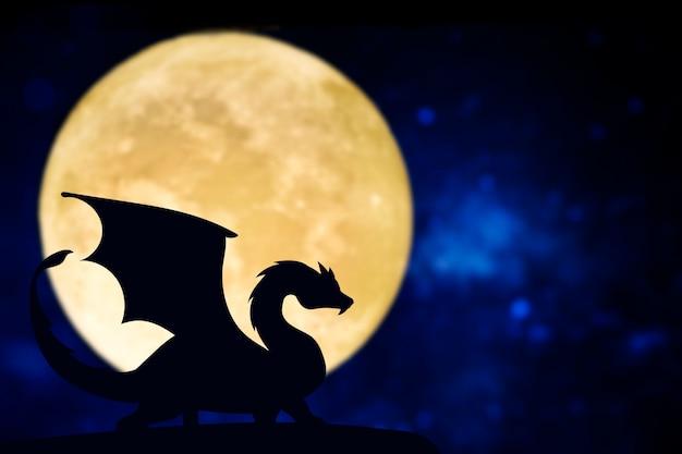 Silhueta de dragão em uma lua cheia